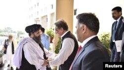 លោករដ្ឋមន្ត្រីការបរទេសប៉ាគីស្ថាន Shah Mehmood Qureshi ស្វាគមន៍លោក Mullah Abdul Ghani Baradar ដែលដឹកនាំគណប្រតិភូតាលីបង់ នៅពេលដែលលោកបានមកដល់ក្រសួងការបរទេសក្នុងអ៊ីស្លាម៉ាបាដប្រទេសប៉ាគីស្ថានកាលពីថ្ងៃទី០៣ តុលា ឆ្នាំ២០១៩។