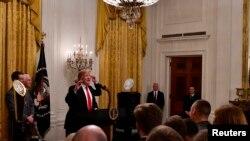 صدر ٹرمپ کھلاڑیوں سے خطاب کر رہے ہیں