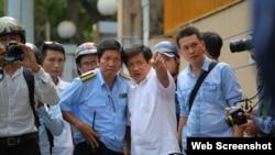 Ông Đoàn Ngọc Hải, Chủ tịch UBND Quận 1 (áo trắng), trong một đợt chỉ đạo lập lại trật tự lề đường.