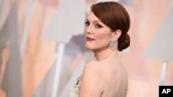 خانم مور، ۵۶ ساله بعد از چند بار نامزدئی، در سال ۲۰۱۴ برای بازی در فیلم «هنوز آلیس» اسکار دریافت کرد.