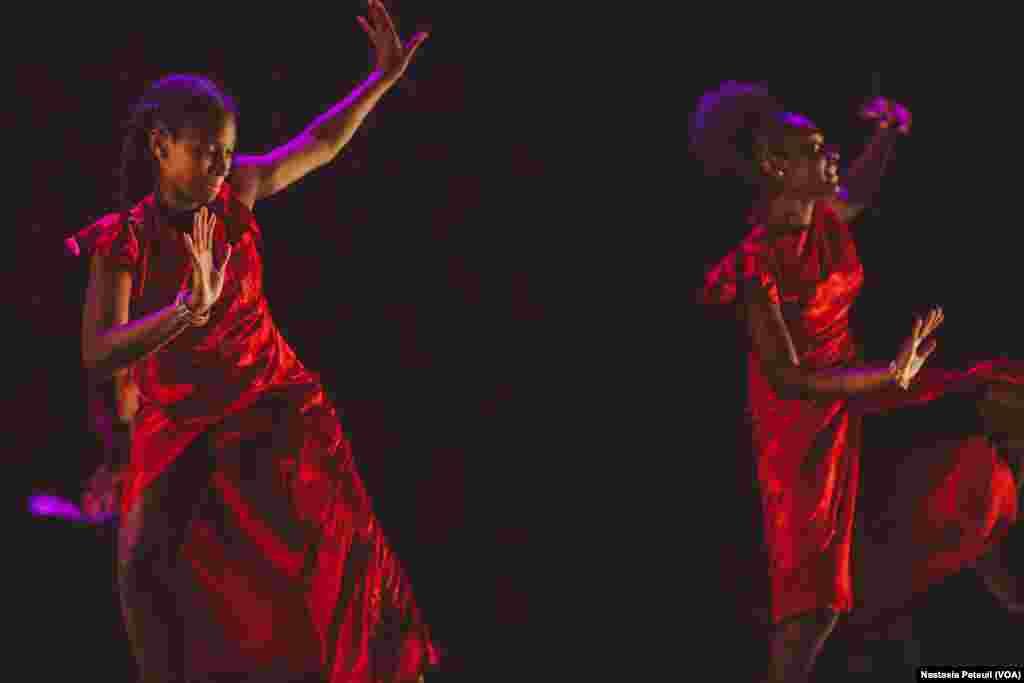 Des jeunes danseuses sont sur scène avec KanKouran West African Danse Company, à Washington D.C., le 4 juin 2017. (VOA/Nastasia Peteuil)