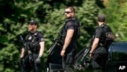 Các nhân viên mật vụ đứng ở khu vực sân cỏ phía bắc của Nhà Trắng ở Washington, ngày 20 tháng 5 năm 2016.