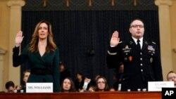 Jennifer Williams, Staf Wakil Presiden Mike Pence (kiri) dan Letkol Alexander Vindman, pakar senior mengenai Ukraina di Dewan Keamanan Nasional AS (kanan), diambil sumpahnya sebelum memberikan kesaksian di Gedung Capitol, Washington, D.C., 19 November 2019.
