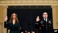 អ្នកស្រី Jennifer Williams ជំនួយការរបស់អនុប្រធានាធិបតីលោក Mike Pence (រូបឆ្វេង) និងលោក Alexander Vindman ជំនួយការរបស់ក្រុមប្រឹក្សាសន្តិសុខជាតិស្បថដើម្បីផ្តល់សក្ខីកម្ម នៅក្នុងវិមានសភា Capitol Hill ក្នុងរដ្ឋធានីវ៉ាស៊ីនតោន កាលពីថ្ងៃទី១៩ ខែវិច្ឆិកា ឆ្នាំ២០១៩។