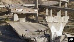 Foto de archivo de los estragos de un terremoto magnitud 6.7 en 1994 en Los Angeles. Un nuevo estudio concluye que una falla tectónica que va de San Diego a Los Ángeles es capaz de producir un terremoto de magnitud 7,4.