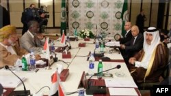 Thủ tướng và Bộ trưởng Ngoại giao Qatar Sheikh Hamad bin Jassim al-Thani (phía trước bên phải) và Tổng thư ký Liên đoàn Ả Rập Nabil al-Arabi (thứ 2 bên phải) tham dự cuộc họp Bộ trưởng Ngoại giao Ả Rập ở Cairo, thảo luận tình hình ở Syria, 24/11/2011