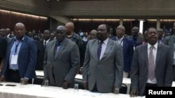 津巴布韦执政党非洲民族联盟-爱国阵线(民盟)的代表星期天在哈拉雷出席紧急会议,罢免了总统穆加贝的党主席职务。(2017年11月19日)