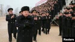 북한의 김정은 제 1위원장이 오중흡 7련대 칭호를 수여받은 조선인민군 해군 제189군부대를 시찰했다고 13일 조선중앙통신이 보도했다.