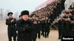 북한의 김정은 국방위 제 1위원장이 오중흡 7연대 칭호를 수여받은 조선인민군 해군 제189군부대를 현지시찰했다고 지난달 13일 조선중앙통신이 보도했다. (자료사진)