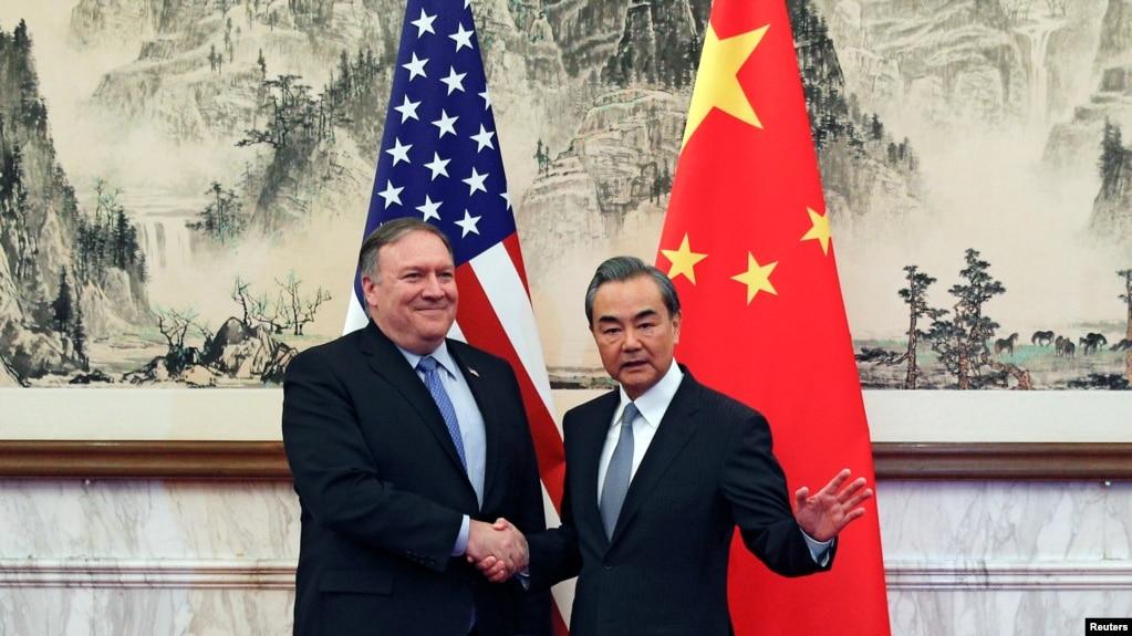 Ngoại Trưởng TQ Vương Nghị bắt tay Ngoại Trưởng Mỹ Pompeo trước cuộc đàm đạo ở Nhà Khách Quốc gia Điếu ngư đài ở Bắc Kinh. Ảnh chụp ngày 8/10/2018. Andy Wong/Pool via Reuters -