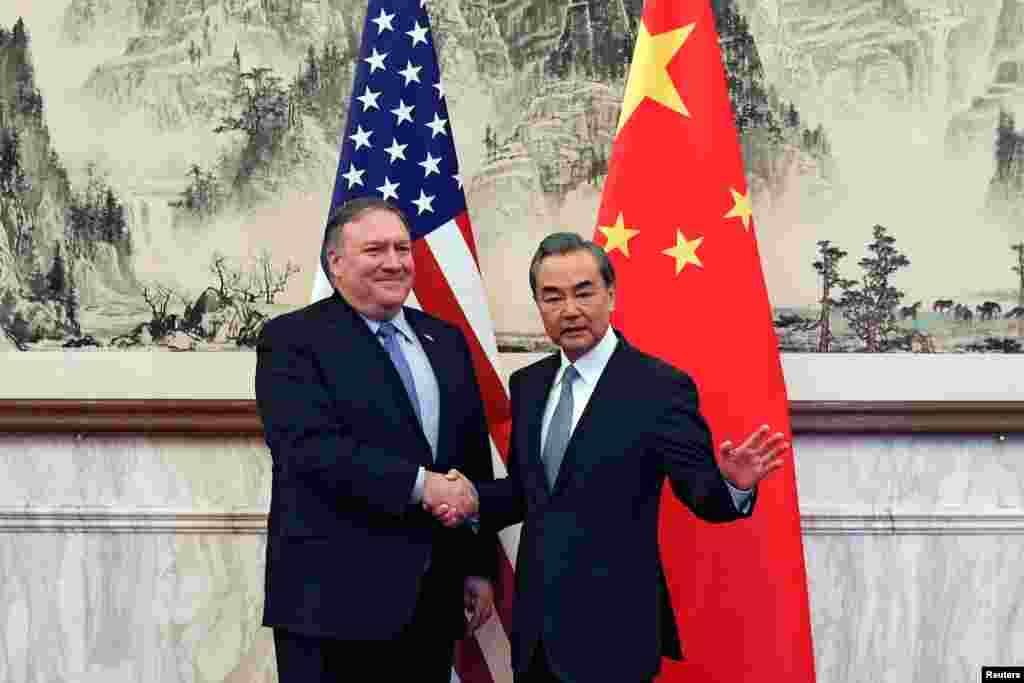 """2018年10月8日中国外交部长王毅在北京钓鱼台国宾馆会见到访的美国国务卿蓬佩奥。蓬佩奥是在同朝鲜领导人金正恩会面后访问北京的。他向王毅介绍了情况,并直截了当地说:""""我们对你描述的问题有根本的分歧,我们对于中国采取的行动表示严重关切。""""王毅也在台湾和贸易摩擦等问题上抨击美国。王毅还要求美国""""停止对中方的无端指责和损害中方核心利益的错误做法""""。"""