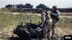 Tiga tentara NATO asal Swedia memeriksa bekas serangan bunuh diri di Mazar-i-Sharif, Afghanistan (foto: 24 September 2010).