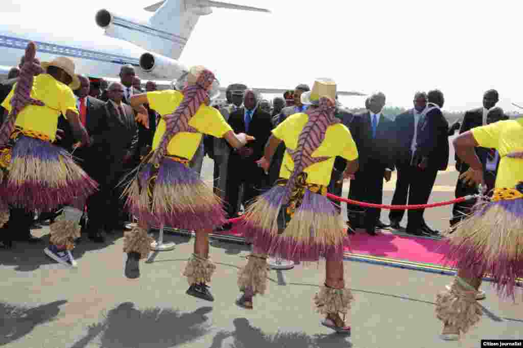 Rais Jakaya Kikweti wa Tanzania na Rais Kabila wa DRC wakaribishwa na ngoma za kiyenyeji