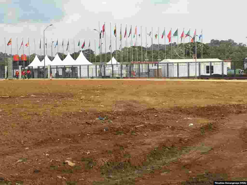 Vue sur le stade d'Oyem, au Gabon, le 25 janvier 2017. (VOA/Timothée Donangmaye)