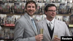 Jason Welker y Scott Everhart, una pareja homosexual de Nueva York, se casó el pasado 20 de junio en una original ceremonia celebrada en una tienda de cómics de Manhattan.