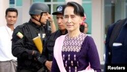 Pemimpin de facto Myanmar Aung San Suu Kyi tiba di bandara Sittwe setelah mengunjungi Maungdaw di negara bagian Rakhine, Kamis (2/11).