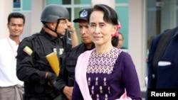 Pemimpin de facto Myanmar Aung San Suu Kyi tiba di bandara Sittwe setelah mengunjungi Maungdaw di negara bagian Rakhine, 2 November 2017.