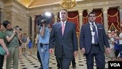 Ketua DPR AS, John Boehner (tengah) memasuki gedung DPR AS (1/8). Mayoritas warga AS menilai debat soal pagu utang di Kongres AS lebih banyak demi kepentingan politik .