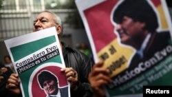 一名民眾手持玻利維亞總統莫拉萊斯照以示支持。