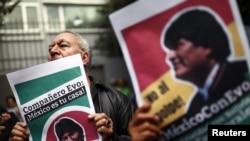 Kèk senpatizan ki t ap montre apui yo pou ansyen Prezidan Evo Morales pandan yon manifestasyon devan anbasad Bolivi a nan Meksiko lendi 11 novanm 2019 la.