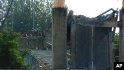 救援人員星期天在東加里曼丹島大橋坍塌後搜尋幸存者