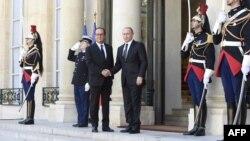2일 프랑스 파리를 방문한 블라디미르 푸틴 러시아 대통령(가운데 오른쪽)이 엘리제궁에서 프랑수와 올랑드 프랑스 대통령과 악수하고 있다.