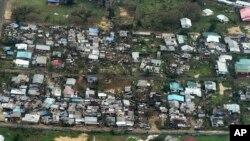 ဆိုင္ကလံုးမုန္တိုင္းေၾကာင့္ အိမ္ေျခေတြ ပ်က္စီးသြားခဲ့တဲ့ Vanuatu ကၽြန္းစု၊ ၿမိဳ႕ေတာ္ Port Vila ရဲ႕ျမင္ကြင္း။ (မတ္ ၁၆၊ ၂၀၁၅)