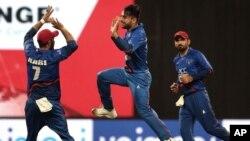 ایشیا کپ میں افغانستان کے کھلاڑی بنگلہ دیش کے بیٹسمین کو آؤٹ کرنے پر خوشی کا اظہار کر رہے ہیں۔ 20 ستمبر 2018