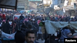 Warga berkumpul untuk dievakuasi dari wilayah al-Sukkari, timur Aleppo, Suriah yang dikuasi oleh pemberontak (15/12).