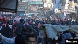 មនុស្សម្នាប្រមូលផ្តុំដើម្បីជម្លៀសខ្លួនចេញពីតំបន់ al-Sukkari ដែលកាន់កាប់ដោយក្រុមឧទ្ទាមក្នុងក្រុង Aleppo ប្រទេសស៊ីរី កាលពីថ្ងៃទី១៥ ខែធ្នូ ឆ្នាំ២០១៦។
