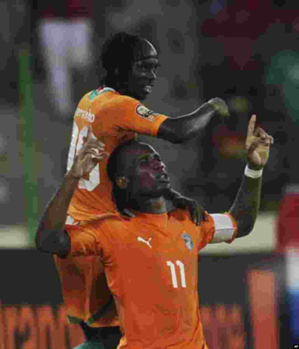 Didier Drogba (R) of Ivory Coast celebrates with teammate Yao Kouassi Gervinho after scoring against Equatorial Guinea during their quarter-final match at the African Nations Cup soccer tournament in Malabo February 4, 2012.