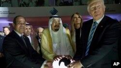 ພາບມນວັນທີ 21, 2017, ປະທານາທິບໍດີອີຈິບ ທ່ານ Abdel Fattah al-Sissi, ກະສັດຂອງ Saudi Salman, ສະຕີໝາຍເລກນຶ່ງ ທ່ານນາງ Melania Trump ແລະປະທາ ນາທິບໍດີດໍໂນລ ທຣຳ ຢ້ຽມຢາມສູນກາງແຜນຍຸດທະສາດ ເພື່ອຕໍ່ສູ້ກັບກັບແນວຄິດຂອງກຸ່ມຫົວຮຸນແຮງ ຫຼື Global Center for Combating Extremist Ideology, ໃນ Riyadh, Saudi Arabia.