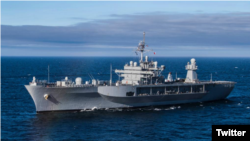 La foto de la Marina de EE.UU. que registra la llegada del barco hospital USNS Comfort a Esmeraldas, Ecuador.