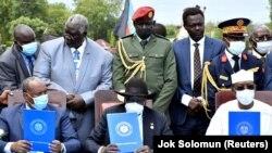 Le général Abdel Fattah al-Burhan (à g.), chef du Conseil souverain du Soudan, le président du Sud-Soudan Salva Kiir (centre) et le président du Tchad Idriss Deby (à dr.) lors de la cérémonie de paix à Juba, au Sud-Soudan, le 3 octobre 2020.