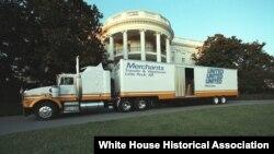 Kamion za selidbu iz Arkanzasa, predsjednika Bila Klintona, parkiran ispred Bijele kuće na Dan inauguracije 20. januara 1993. (Foto: Klintonova biblioteka)