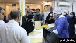 بیمارستانی در ایران برای مقابله با ویروس کرونا آماده می شود. این آمادگی در حالی است که به نظر میرسد افراد آلوده در یک ماه اخیر مورد توجه قرار نگرفتند.