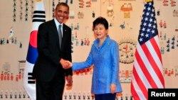 지난 25일 열린 미-한 정상회담에서 바락 오바마 미 대통령과 박근혜 한국 대통령은 미-한-일 3국 군사정보 공유 중요성에 공감대를 형성했으며 이에 따라 정보공유 양해각서 체결을 검토할 것이라고 한국 군 당국이 밝혔다.