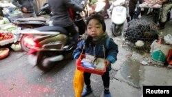 Một nạn nhân chất độc da cam 18 tuổi có tên Thắng bán hàng rong ở Hà Nội. Một công nghệ mới của Nhật Bản sẽ giúp tẩy độc chất dioxin có trong chất độc da cam mà quân đội Mỹ rải xuống Việt Nam trong thời kỳ chiến tranh.
