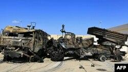Uništena vojna vozila u mornaričkoj bazi u blizini Tripolija posle vazdušnih napada koalicionih snaga, 22. mart 2011.