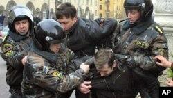 Белорусская милиция арестовывает активиста оппозиции. Минск (архивное фото)