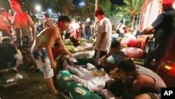 台湾新北市八仙乐园6月27日晚间发生爆炸,燃起大火后,救援人员和部分观众努力救护受伤者。