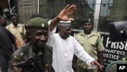 Petugas keamanan Nigeria mengawal Hamza Al-Mustapha (tengah), mantan kepala keamanan mendiang Diktator Nigeria, Sani Abacha (foto: dok).