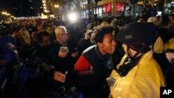 """2015年11月25日夜晚,在芝加哥抗议期间,抗议者拉蒙·雷科德冲着警察大喊""""朝我开16枪!"""""""