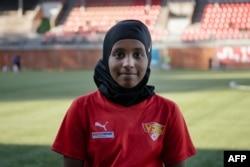 Kamila Nuh (13), mengenakan hijab olahraganya sebelum berlatih sepak bola di stadion MUP, Vantaa, Finlandia, 1 Juni 2021. (AFP)>