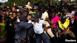 Policija pokušava da obuzda građane koji su došli da odaju poslednju poštu Nelsonu Mendeli