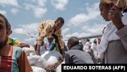 Petugas menurunkan bantuan pangan bagi para pengungsi yang menghindari kekerasan di Tigray, Ethiopia (foto: dok).
