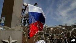 7일 우크라이나 도네츠크에서 주청사를 점거한 친 러시아 시위대가 러시아기를 들고 있다.