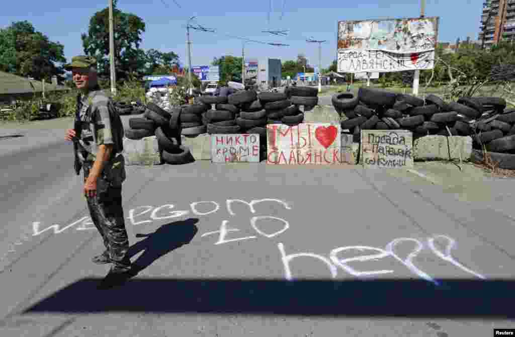 Rusiya tərəfdarı separatçı Slavyansk şəhərində keçik çəkir - 1 iyul, 2014