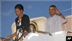 ہونولولو آمد پر صدراوباما اپنی اہلیہ کے ہمراہ ایئر فورس ون سے باہر آتے ہوئے