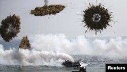 Xe tấn công đổ bộ của thủy quân lục chiến Hàn Quốc ném bom khói trong lúc tiến vào đất liền trong cuộc tập trận Mỹ-Hàn tại Pohang, ngày 30/3/2015.